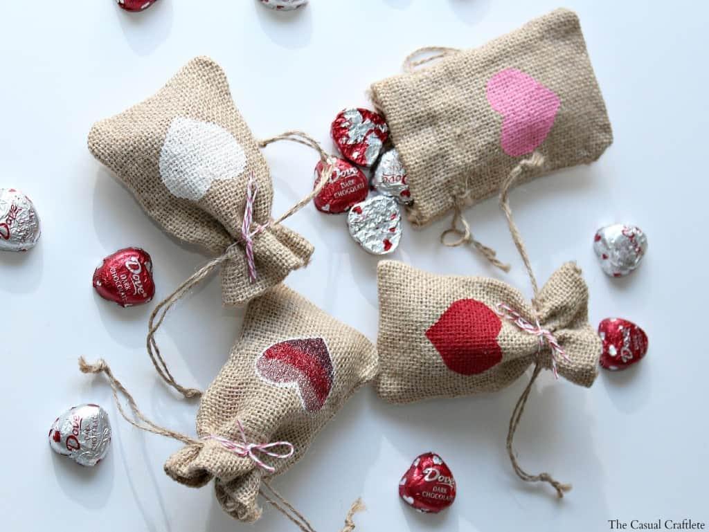 Valentine's Day Burlap Gift Bags #burlap #Valentines #giftbags #DIY #treatbags