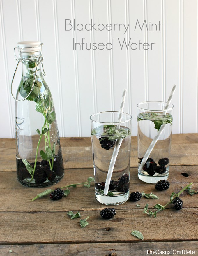 Blackberry Mint Infused Water | http://homemaderecipes.com/healthy/12-fruit-infused-water-recipes/