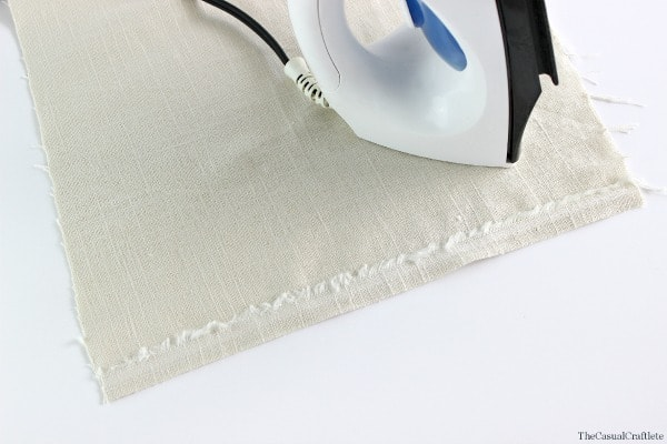 Easy No-Sew Linen Napkins by www.thecasualcraftlete.com