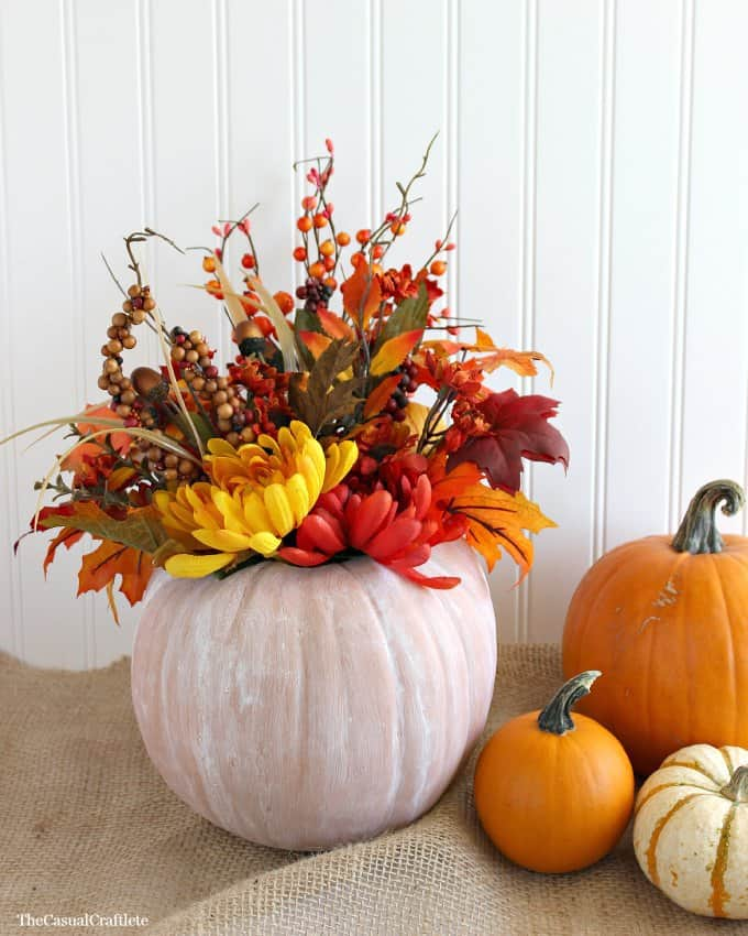 DIY Chalky Paint Pumpkin Centerpiece from www.thecasualcraftlete.com
