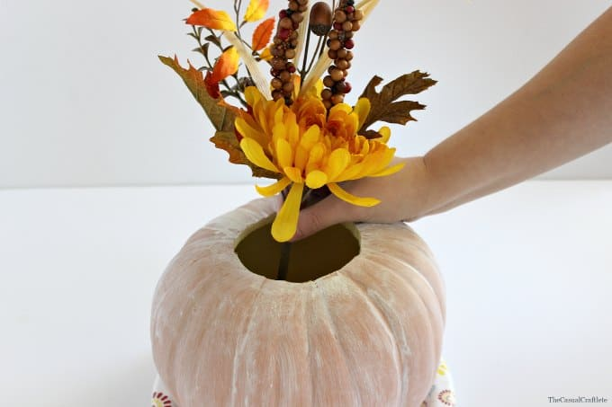 Fall Pumpkin Centerpiece by www.thecasualcraftlete.com