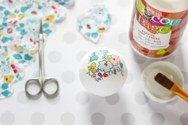 Floral Decoupage Decorative Balls - create beautiful home decor with paper napkins, foam balls, and decoupage. So easy and pretty!