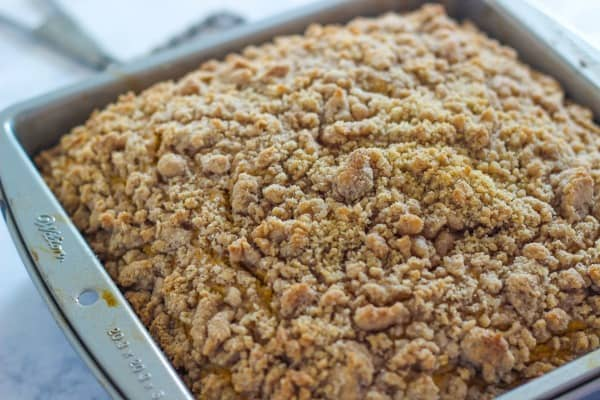 Pumpkin Crumb Coffee Cake - a delicious pumpkin cake with a crunchy cinnamon and sugar crumb topping. This recipe is prefect for fall!